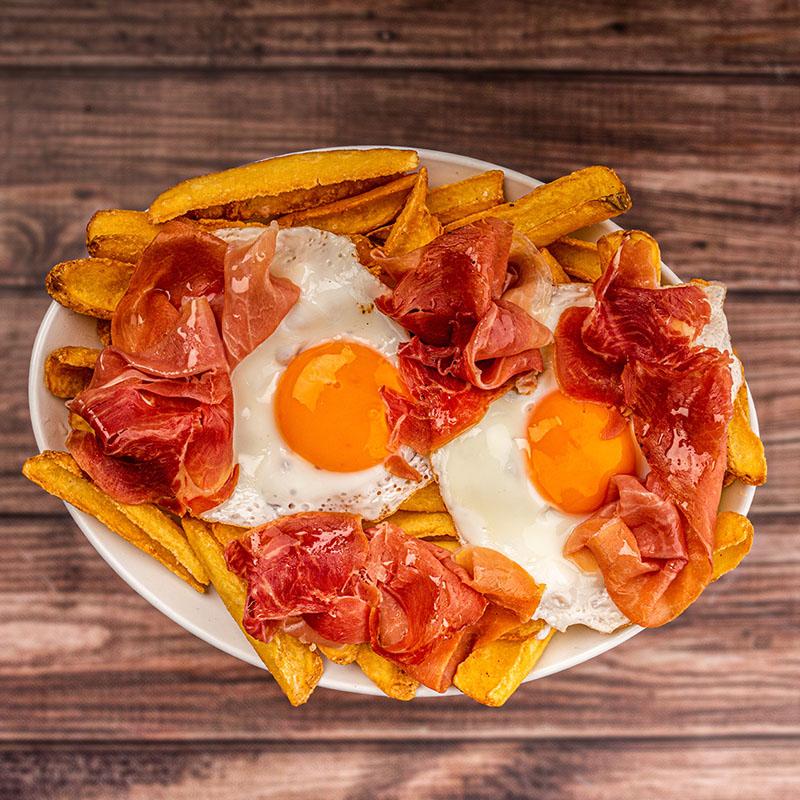 Huevos Rotos con Jamón y Patatas Teja con Piel